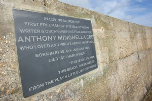 02/03/2016 - Hollywood star Jude Law has unveiled a plaque in memory of Oscar-winning film director Anthony Minghella at Ryde Beach, Isle of Wight. The slate plaque has been placed overlooking Ryde Pier